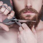 uomo che si taglia la barba
